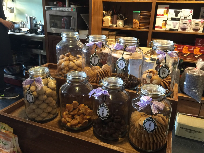 櫃台的手工餅乾,上面好像寫著「把我買回家吧」。每個都想嚐一口啊!!