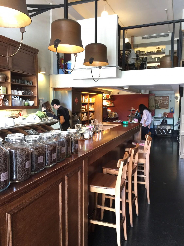 Izzy Cafe 一樓的櫃台,非常寬敞明亮。從這邊可以看到二樓座位區。