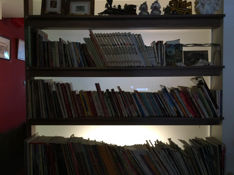 包廂外面的隔間用書櫃