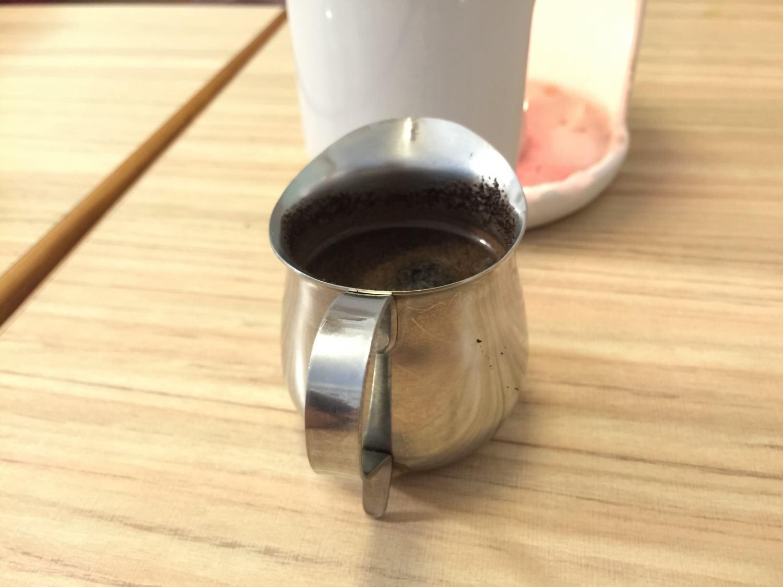 這個小杯子,裡面裝滿著邪惡的黑色液體 巧克力漿。