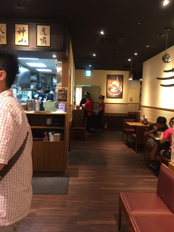 麵屋武藏-鷹虎 的入口旁邊也放了不少椅子,讓客人可以坐著等
