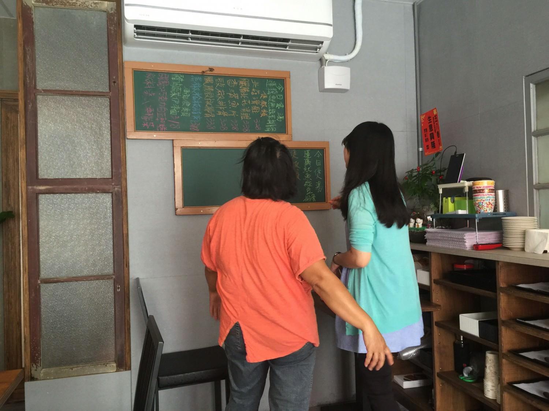 老闆娘與艾瑪正在研究怎麼ˇ寫黑板菜單