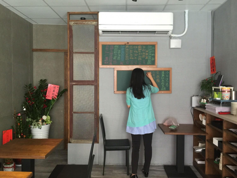 因為要當老師了,艾瑪正在勤奮練習板書
