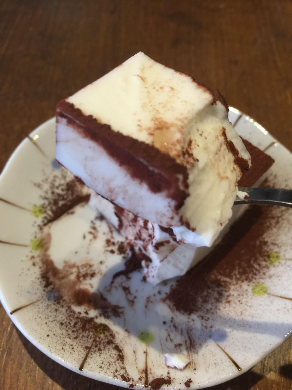 微甜的白玉軟糕配上微苦的巧克力粉