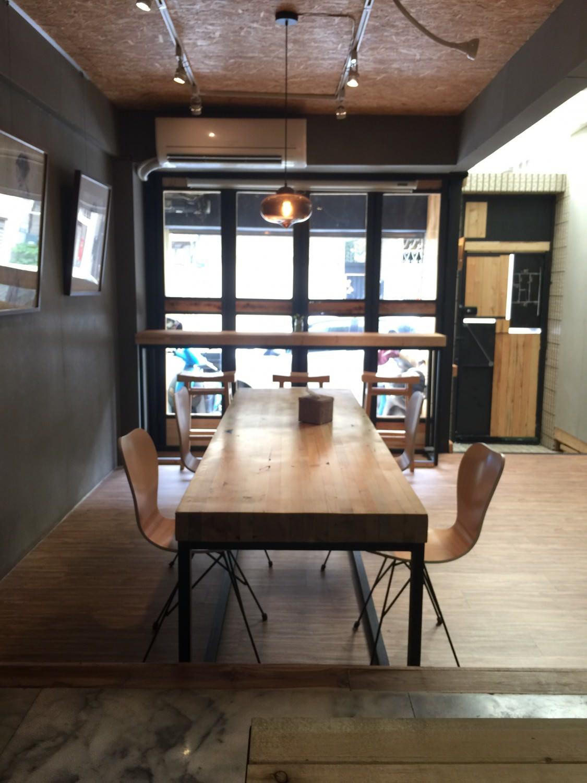 入口處有個大桌子,也有靠窗的發呆專區