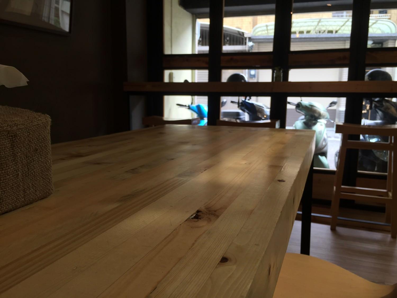 很有質感的實木桌,當天我們就坐這裡