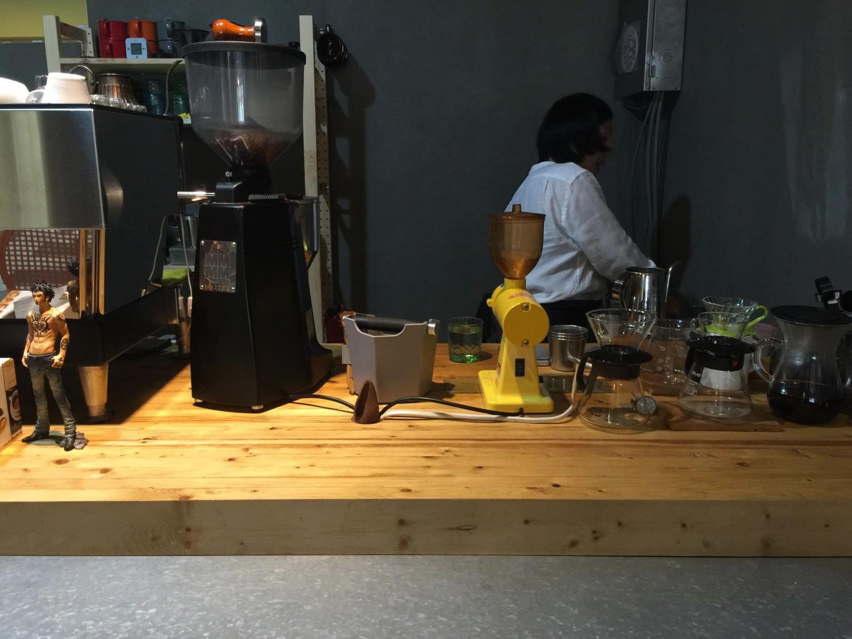 店員正在專注的烹煮我們的咖啡