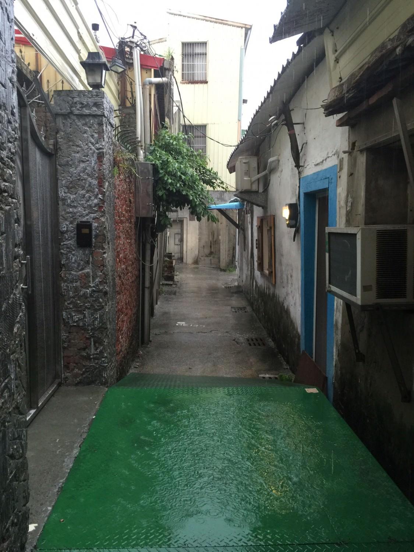 穿梭在陳世興古宅的巷道中,右邊這間有漆上藍色大門的地方,就是南十三咖啡