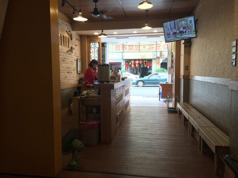 店門口也有安排板凳座位,可以直接買了在這吃