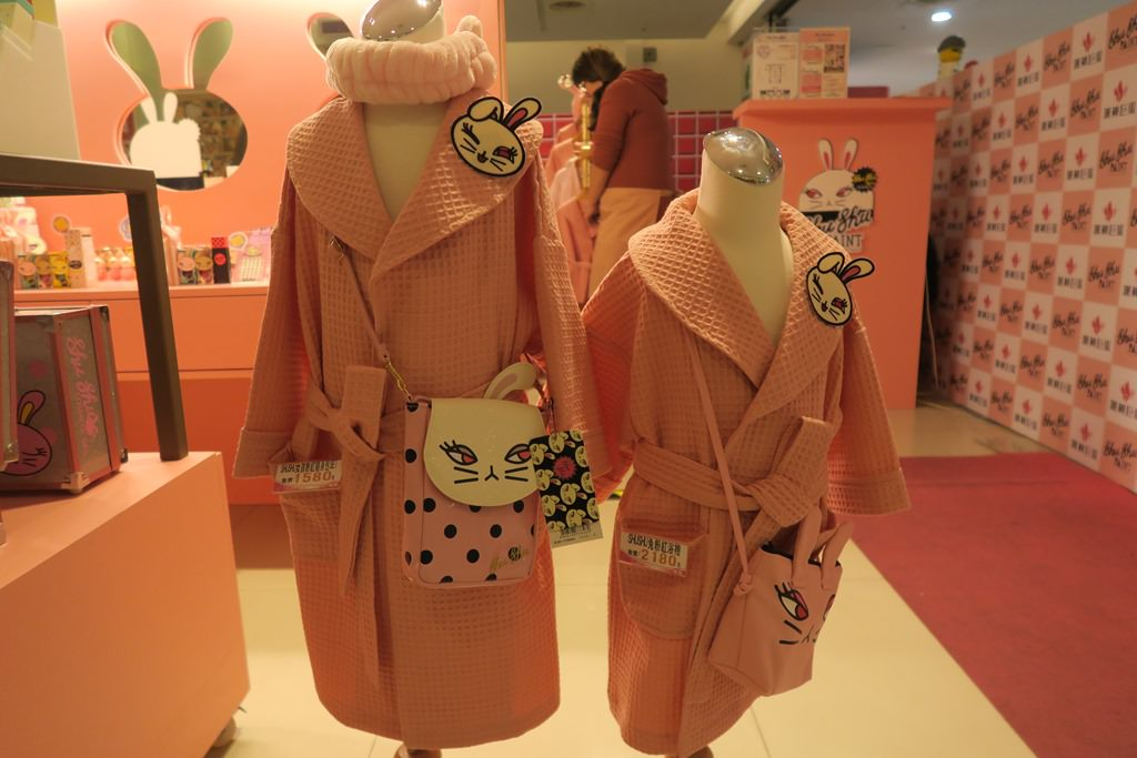 Shu Shu Paint 咻咻兔 提供不同尺寸的浴袍